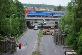Průběh spouštění druhé části mostu přes Průmyslovou ulici