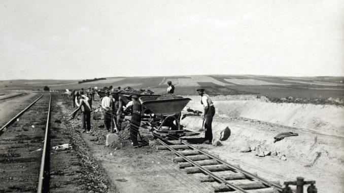 Dělníci na stavbě II.koleje v úseku Votice-Město - Benešov ve stanici Bystřice