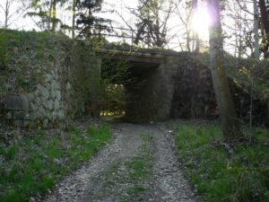Železniční nadjezdný most nad přeloženou cestou Opřetice - Nesvačily v km 126,029.